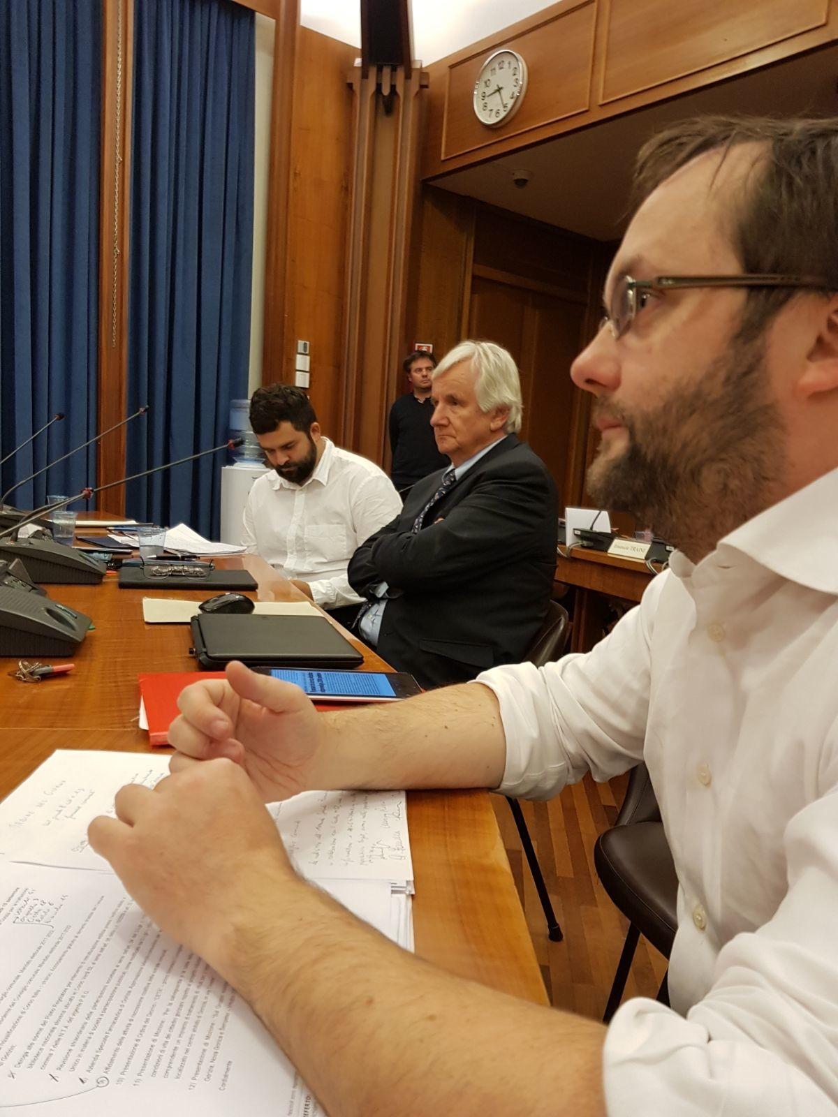 La destra traballa in Consiglio comunale, nonostante minacce e insulti all'opposizione